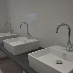 Lavabos et mitigeurs pour vestiaire professionnel